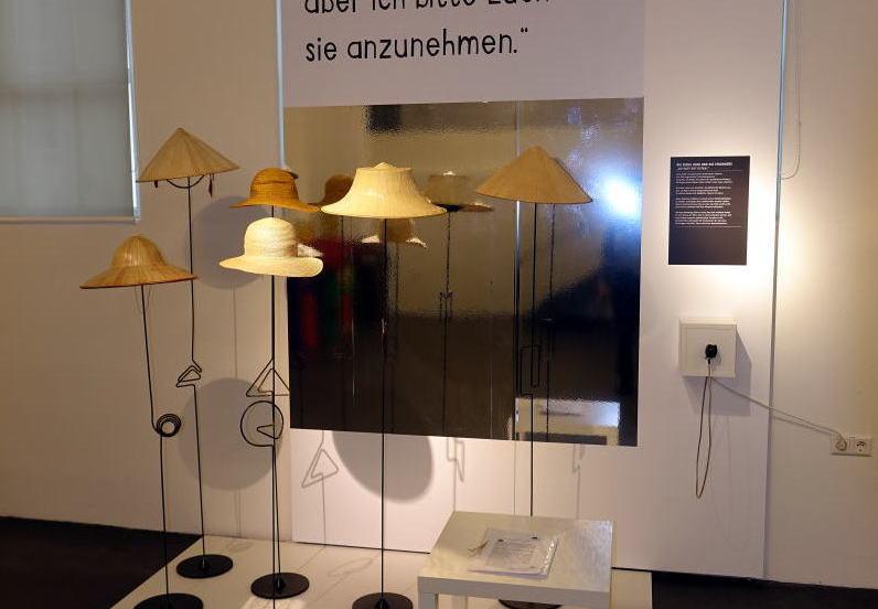 1F; 帽子展示
