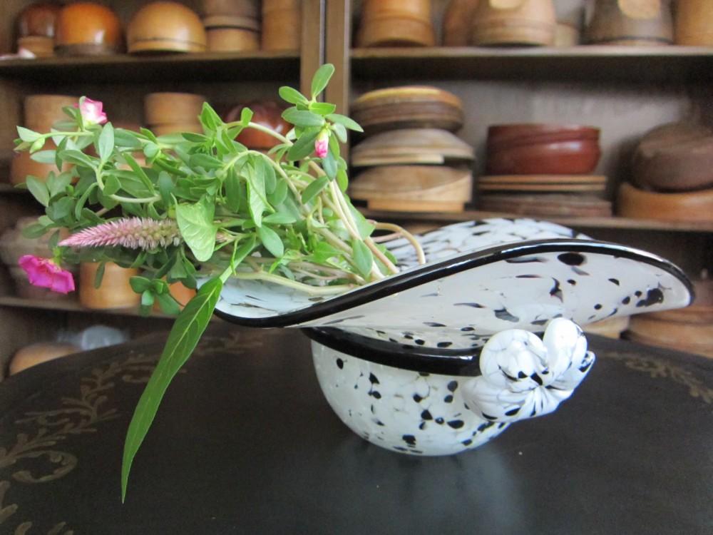 ガラス製の帽子の花瓶