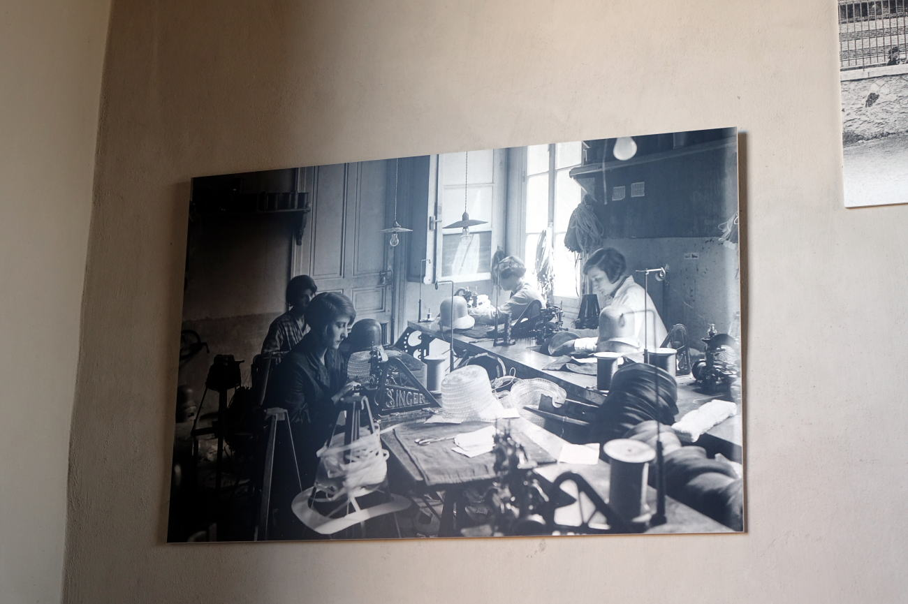 Atelier-Musee'   factory picture of workers  リヨン    昔のフェルト工場の帽子製作風景