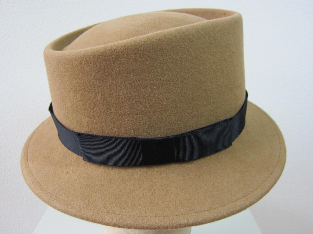 トップに窪みがあるメンズスタイルの帽子