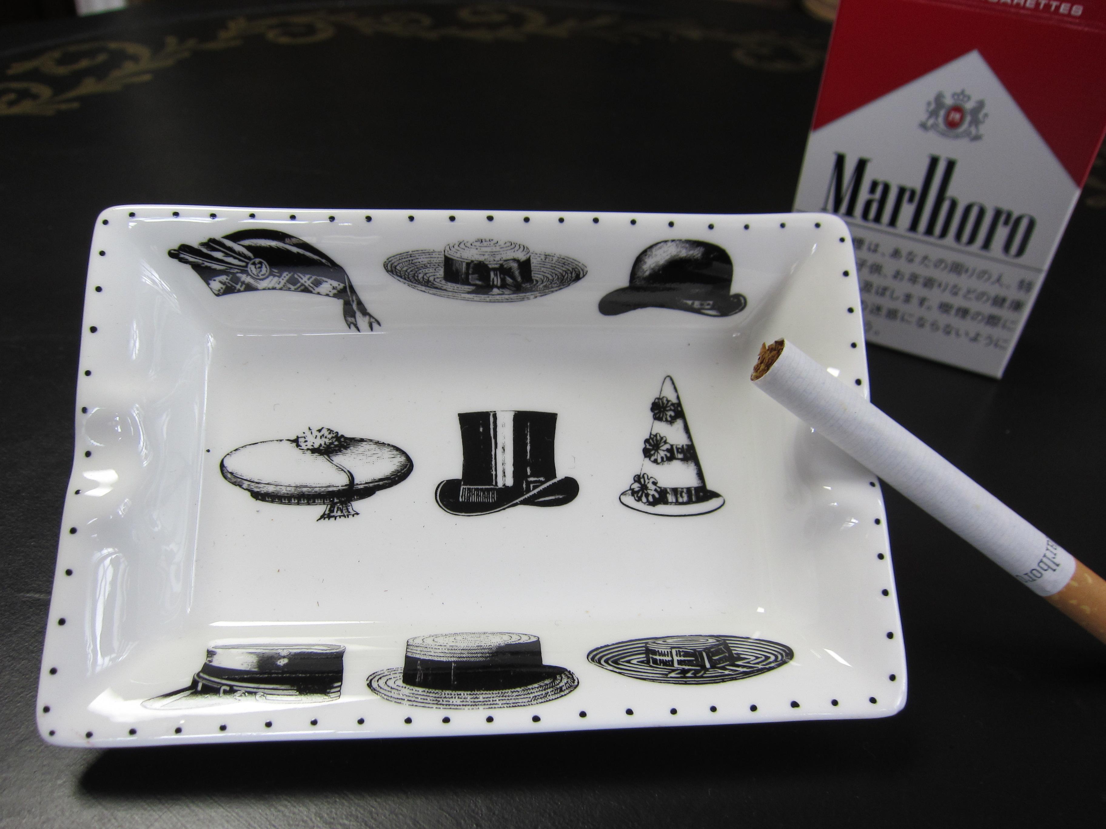 帽子の絵が描いてある灰皿