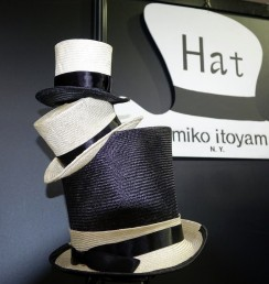 3段重ねのシルクハットとユミコイトヤマの帽子型看板