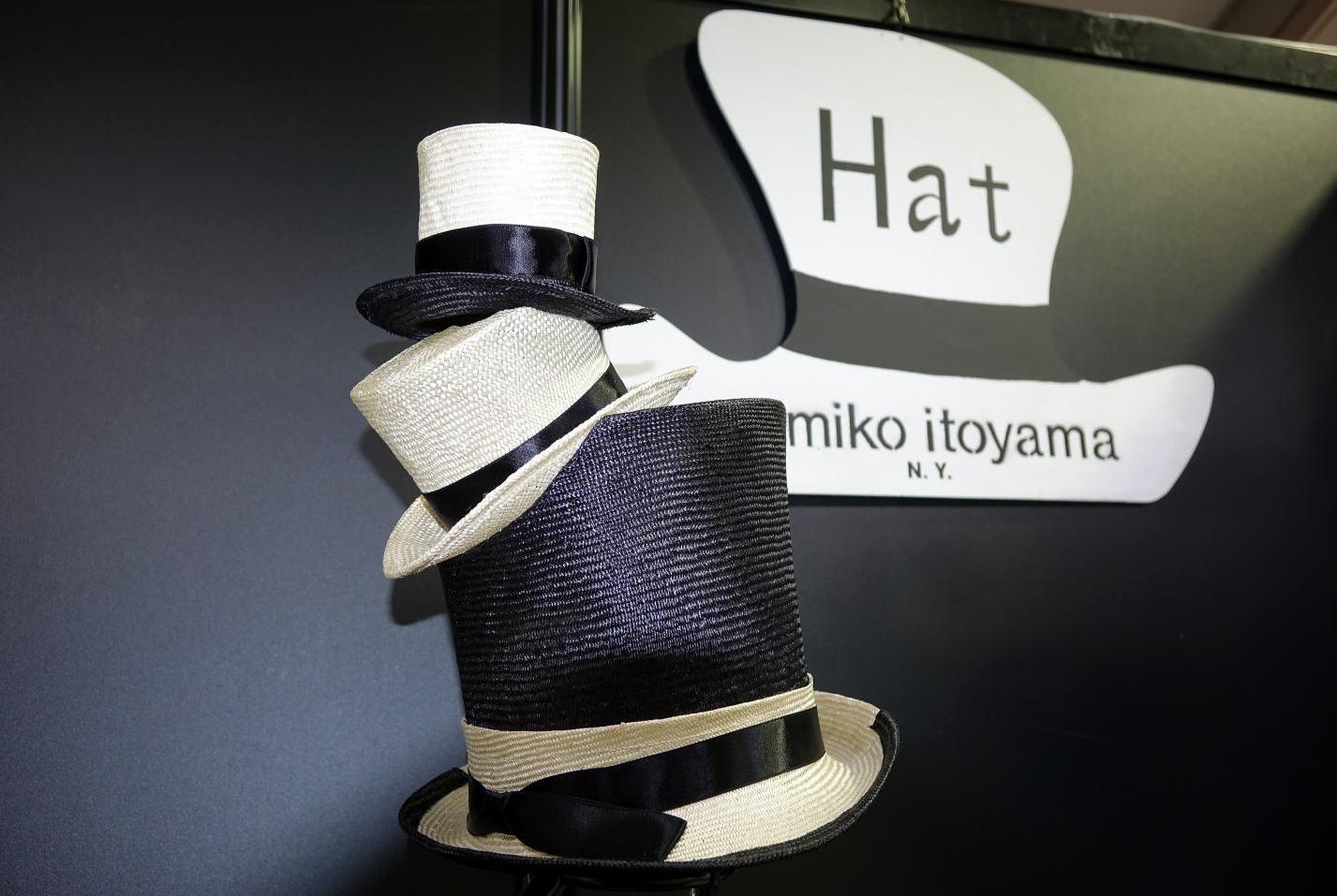 3段シルクハットとユミコイトヤマの帽子型看板