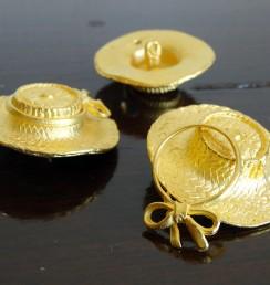 ゴールドの帽子の型をしたミニュチュアのボタン