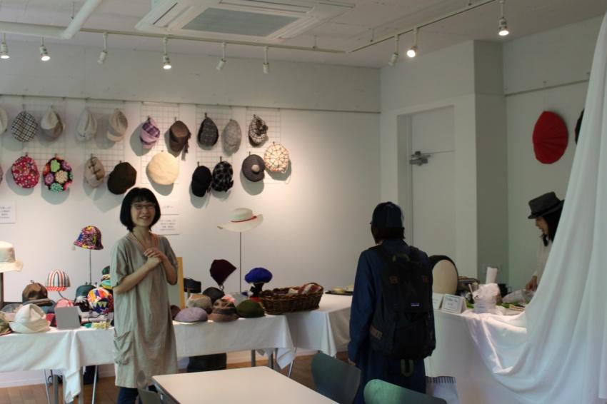 帽子のバザー会場 今回は天気に恵まれ、たくさんの帽子たちが帽子好きの方々のお手元に.