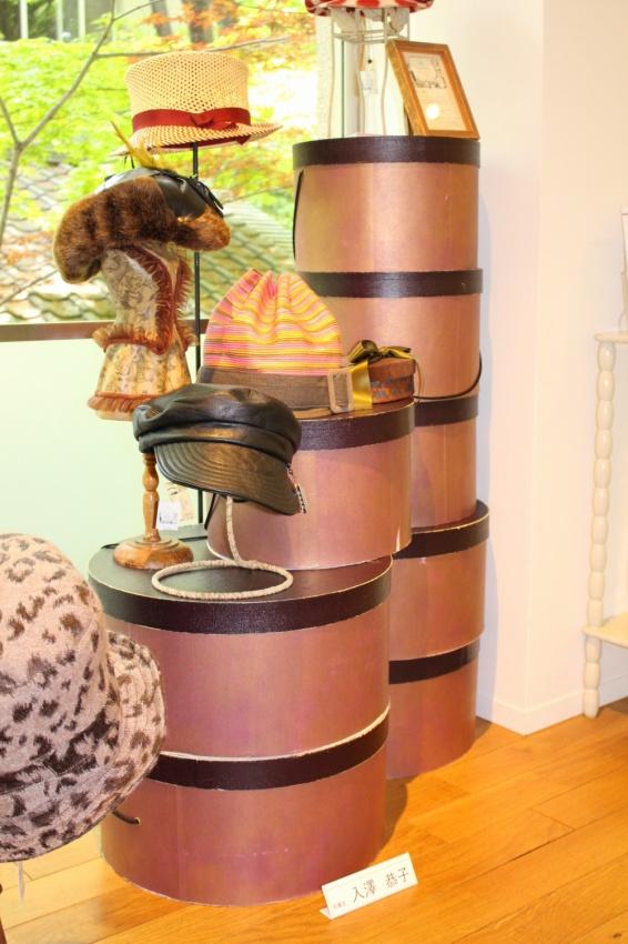 皮のキャップ、パナマハットなどが、オリジナルの帽子箱に飾られています