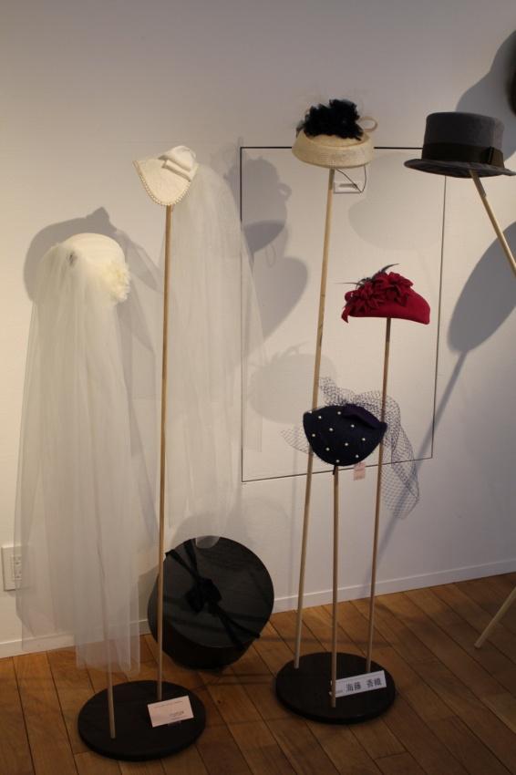 丸板に細い棒をさした帽子掛けには、ウエディングなどトーク系の帽子たち