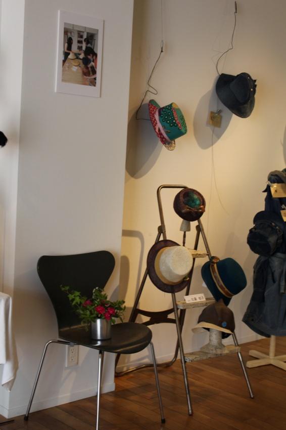 3段のはしごに英字新聞を張った帽子掛け 帽子たちが階段で遊んでいます